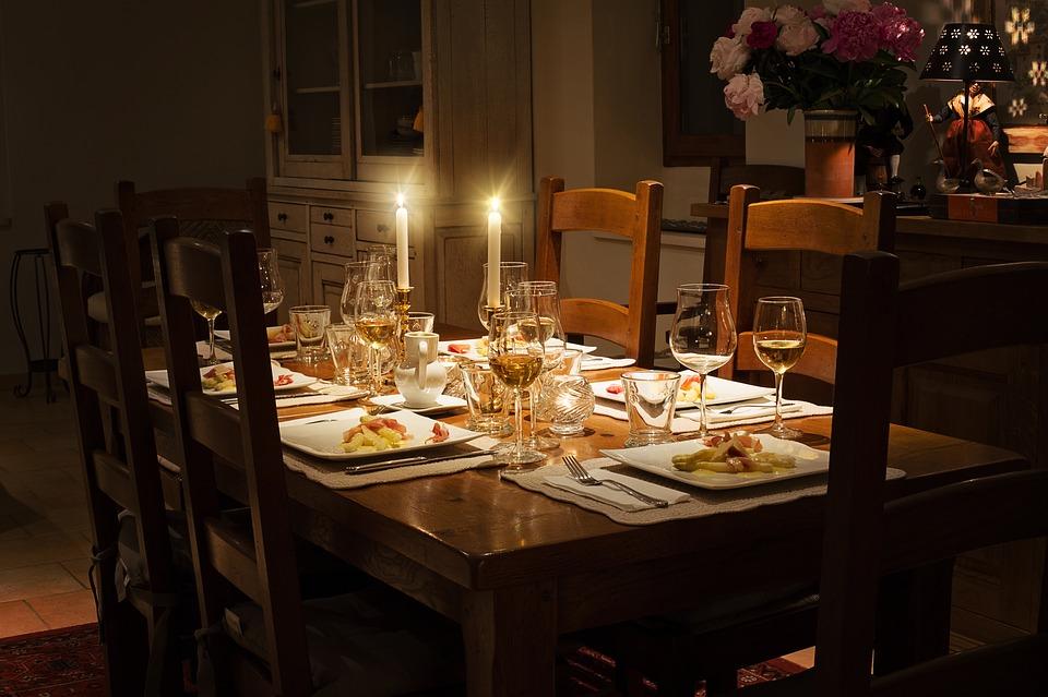 شمع در میز غذاخوری